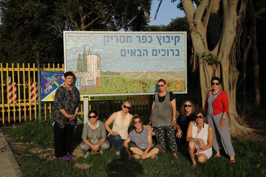 חלק מהנשים שעמלו על השלט, על רקע השלט המוכן. צילום: רמי כהן סמלי