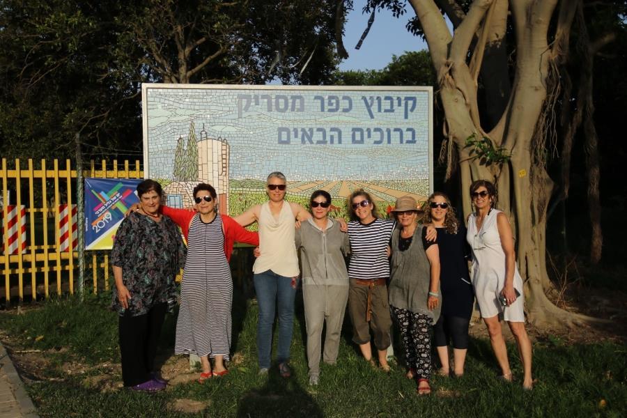 עבודת צוות. חלק מקבוצת הנשים שיצרה את השלט על רקע השלט. צילום: רמי כהן סמלי.