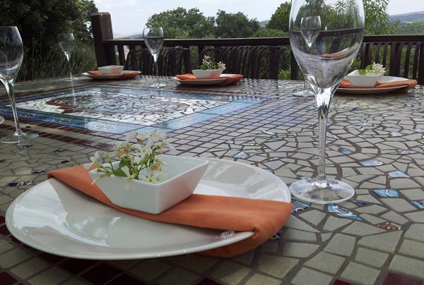שולחן פסיפס למרפסת תוכנן בהתאמה לסביבה