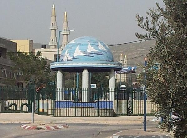 כיכר הכניסה לכפר טורעאן שבגליל התחתון. אדריכל נוף: יהודה פרחי. פסיפס אמנותי: דליה גרוסמן