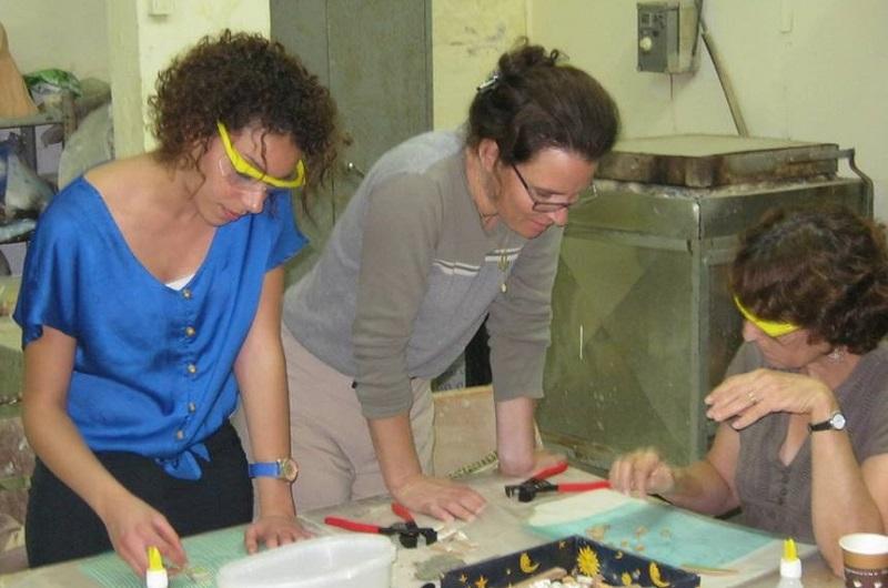 תחילת התהליך. נשים יהודיות וערביות יוצרות יחד, קיר פסיפס.