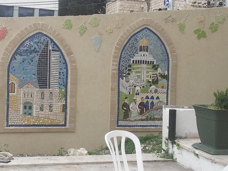 הדבקת תמונות הפסיפס לקיר: חיפה בין ישן לחדש וחיפה בין הכיפות