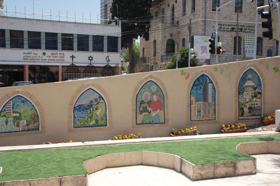 חלונות הפסיפס על קיר חצר בית הגפן בחיפה. פסיפס קהילתי.