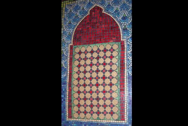 דלת בחיפוי פסיפס נייר בסגנון מרוקאי.