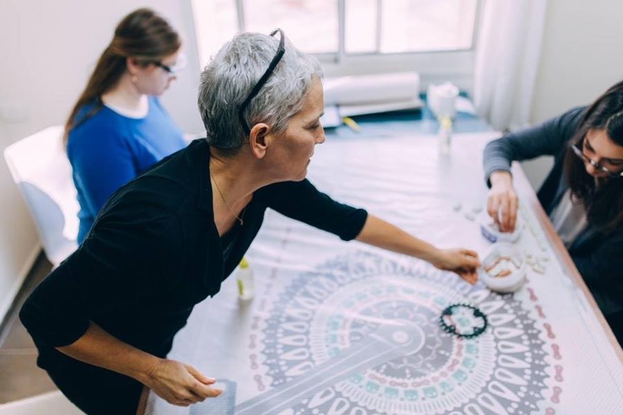 יום הולדת 60 לאבא. כל המשפחה יוצרת יחד: אחרי שלמדו איך מתכננים, חותכים ומדביקים, מתארגנים לתחילת העבודה.