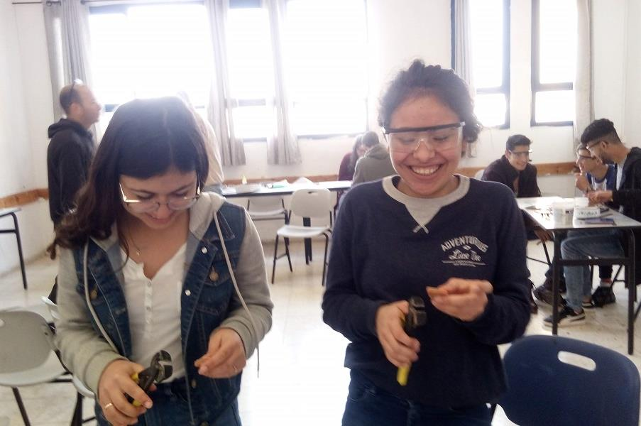 שתי נערות. נערה מכעבייה ונערה מאלון הגליל. הן לא הכירו לפני. החיבור שנוצר היה מיידי. הרבה צחוקים, שיתוף פעולה פורה ותוצר מרשים.