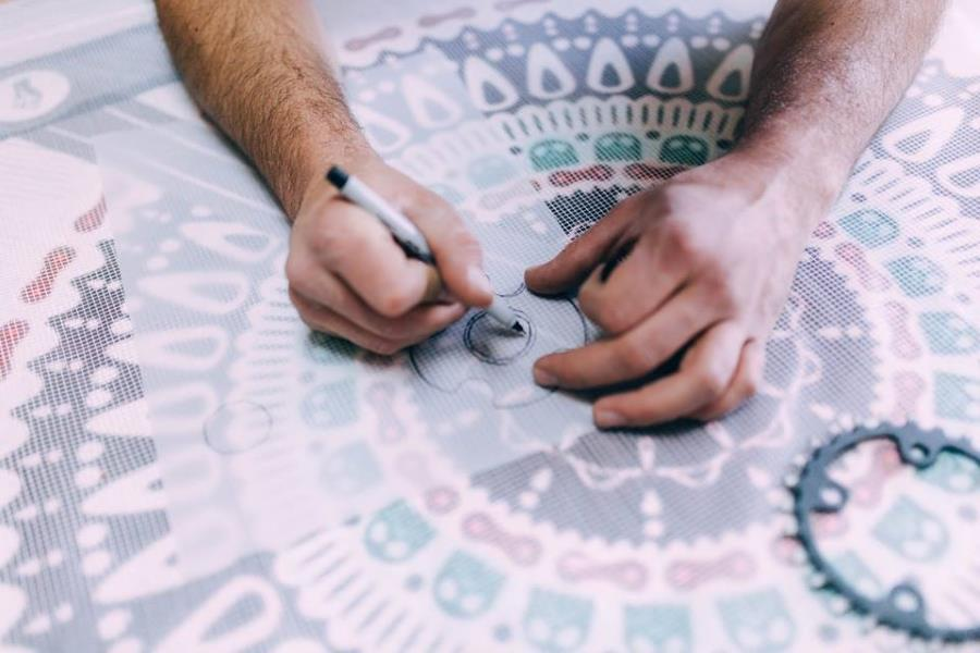 הכנת גזרה לחיתוך הקרמיקה בהתאמה לדוגמה.